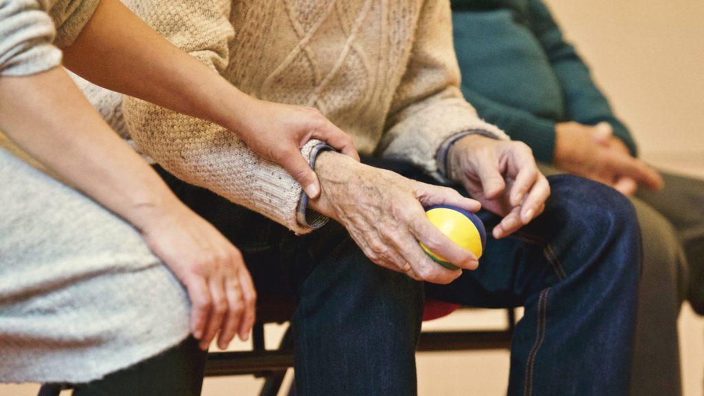 Die polnische Pflegekraft übt mit der zu pflegenden Personen motorische Fähigkeiten